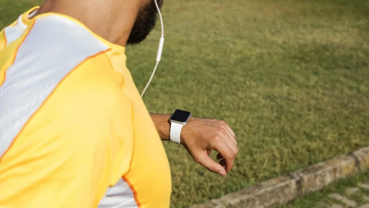 Человек, бегущий с Apple Watch и Earpods