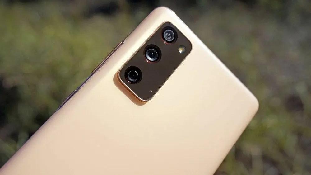 Samsung Galaxy S20 FE, один из наших любимых телефонов с гарантированным циклом обновления.