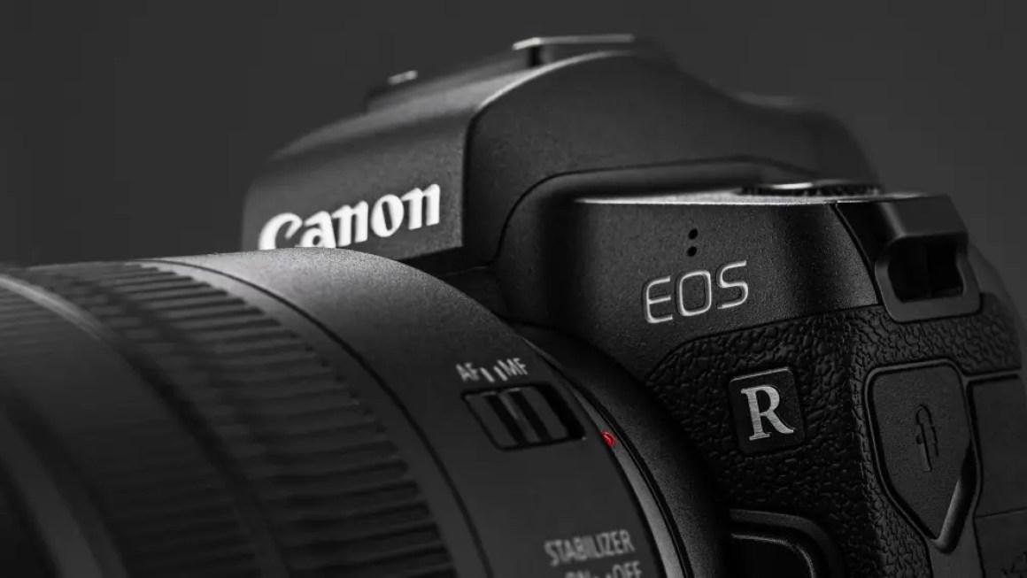 Изображение цифровой зеркальной камеры Canon EOS R с объективом Canon EF 24-105 мм f4L IS USM на черном фоне.