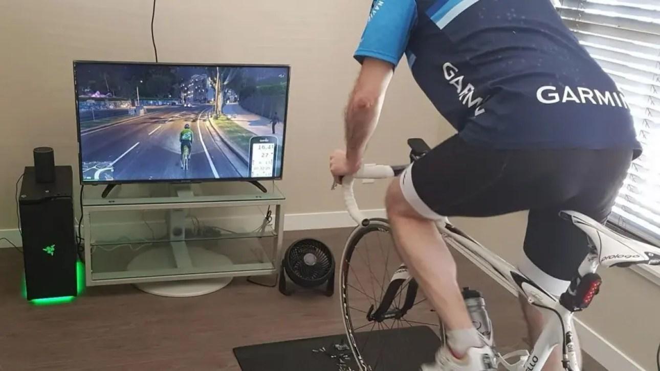 Велосипедист на умном тренере, играющем в GTAV