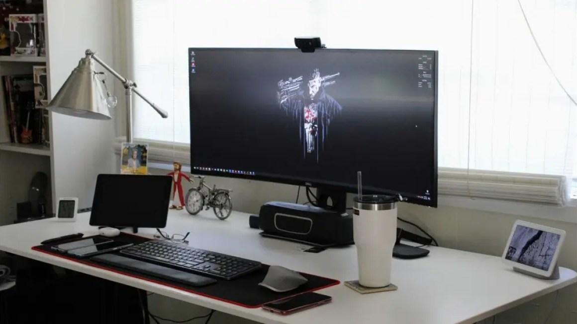Мой стол в комплекте с огромным 38-дюймовым сверхшироким монитором