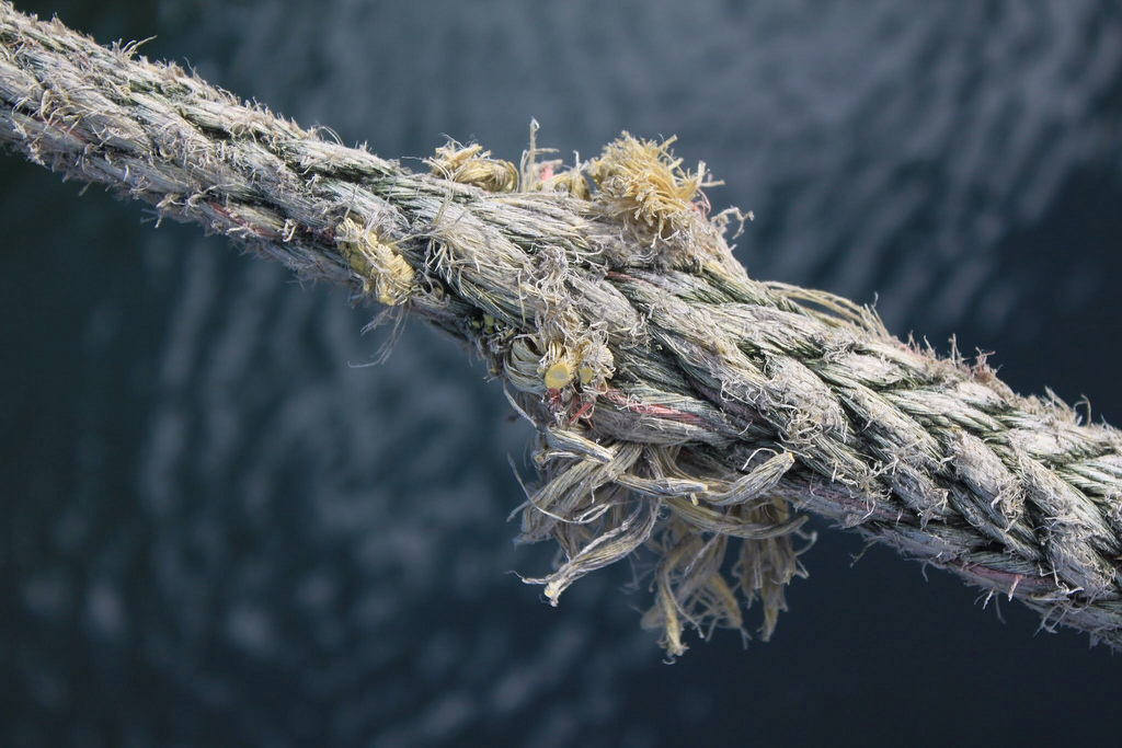 A rope fraying at the center