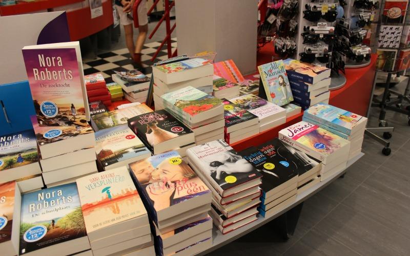 Boekhandel Van der Velde Groningen A-Kerkhof - Boekentafel