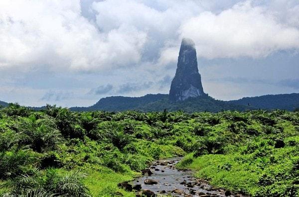 Pico Cão Grande in New Guinea. Image credit imgur.com