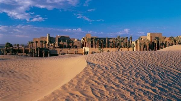 Dubai is a thriving settlement in the midst of the desert. image credit luxatic.com