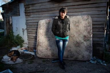 """Araceli consiguió un colchón para su vecina, a quien el agua le había mojado todas sus cosas. Con sus compañeros de la """"Juventud Rebelde"""", recorrió durante el fin de semana las zonas más afectadas. [Barrio Pueyrredon]"""
