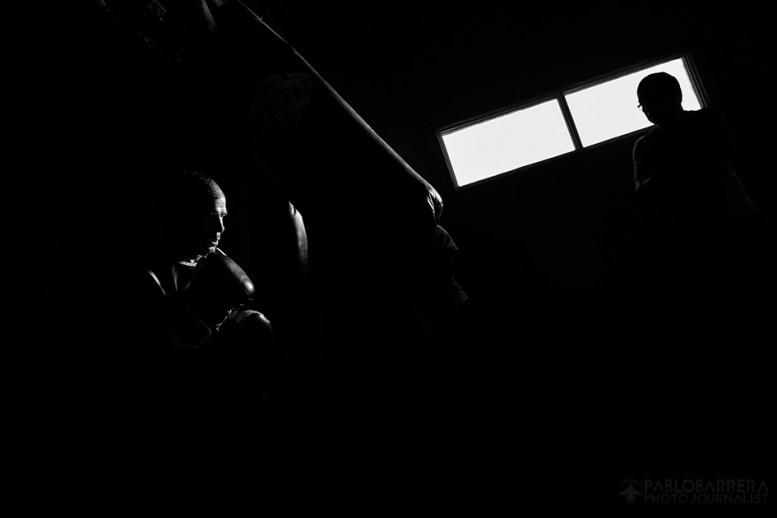 Luis Lazarte (izquierda) golpea una bolsa de entrenamiento bajo la atenta mirada y supervisión de su entrenador Fernando Sosa (derecha), Mar del Plata, Provincia de Bs. As., Argentina. (©Pablo Barrera)