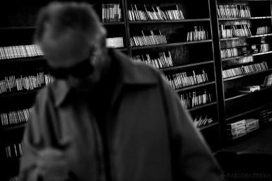 """Humberto Richietti realiza una consulta acerca de un audio libro en la recepción de la Biblioteca Parlante, Mar del Plata, Provincia de Buenos Aires, Argentina. Detrás se encuentra parte de la colección de Audio libros de la Biblioteca donde podremos encontramos grabadas novelas """"Best Sellers"""", libros indispensables para la educación primaria, secundaria y Universitaria. Además es la única biblioteca parlante de Argentina que posee audio libros religiosos.(©Pablo Barrera)"""