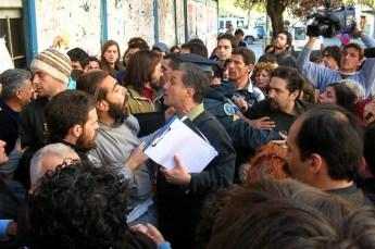 Forcejeos a tres días de la ocupación cuando la policía, por orden del juez Castellanos, intentaba acceder al edificio recuperado en el marco de la causa abierta por usurpación.