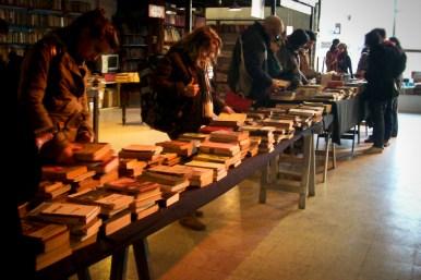 """Primera Feria Popular del Libro organizada por la """"Biblioteca Popular Paulo Freire"""" en el Hall del Centro Cultural."""