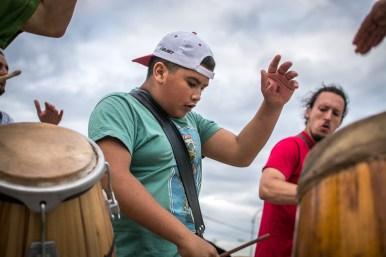 Es característico que los tamboreros se lastimen las manos por tocar mucho tiempo las lonjas. En especial los que ejecutan el tambor chico o repique.
