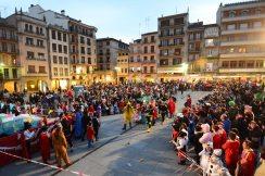 Vista general de la plaza de los Fueros durante el desfile de disfraces.