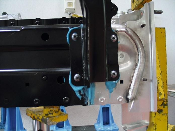 Unión remachada y pegada en pieza de aluminio