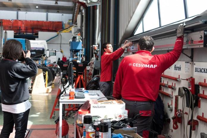 Álvaro es testigo del trabajo de taller, detrás de la cámara