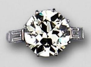 Solitario, oro blanco, con diamante central talla brillante antigua. Sala Retiro