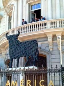 El Toro de Osborne rediseñado con cristales de swaroski frente a la Casa de América en Madrid