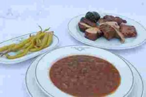 Sopas de ajo, el pincho de morcilla frita, la olla podrida con alubias de Ibéas