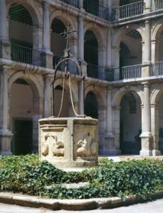 Pozo_patio_Santo_Tomas_Colegio_San_Ildefonso