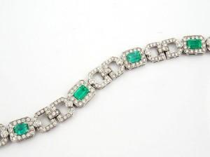 71: PULSERA Realizada en oro blanco, compuesta por eslabones cuajados de diamantes talla brillante, peso total aproximado: 8.21 ct., y cuatro esmeraldas talla esmeralda, peso total aproximado: 10.55 ct.      Salida: 14.000 €
