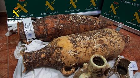 La Guardia Civil recupera ánforas  de yacimientos arqueológicos subacuáticos