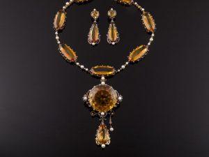 Lote 97:Juego siglo xix. Collar realizado en oro y pendientes. Marcas francesas. Precio de salida: 990 euros