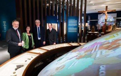 de-izquierda-a-derecha-el-director-del-british-museum-hartwig-fischer-la-directora-general-adjunta-de-la-fundacion-bancari