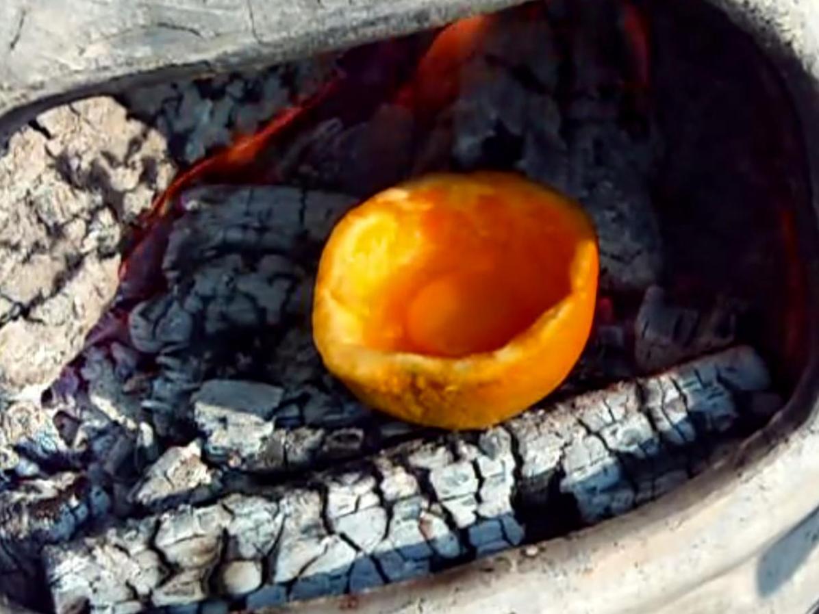 Cocinar huevo en una naranja