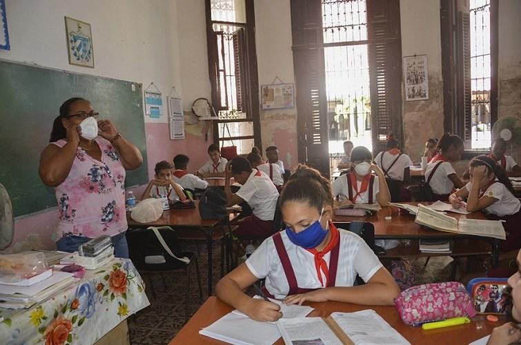 niños cubanos con nasobuco en escuela
