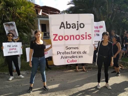 Beatriz Batista (izq) y Aylín Sardiñas (der) en la protesta frente a Zoonosis / Foto: Facebook