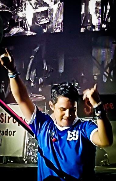 """Imagen de Alejandro Sanz portando la camiseta de la selección de El Salvador con el dorsal de Jorge """"Mágico"""" González. Foto de Silvia Magaña."""