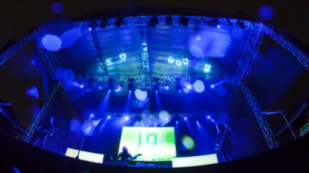 """Concierto de la Banda de Heavy Metal Megadeth en el Estadio Jorge """"El Mágico"""" González en San Salvador, el 26 de Agosto de 2016. La banda abrío con dos canciones y una tormenta obligó a suspender la presentación. Muchos metaleros se quedaron bajo la lluvia el re-inicio del toque, pero esto no sucedio. Foto FACTUM/Salvador MELENDEZ"""