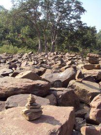 Oferenda de pedra sobre pedra (Omkareshwar)