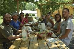 Todos quieres colaboran y trabajan en la finca comparten un almuerzo con los productos cosechados y elaborados por ellos mismos.