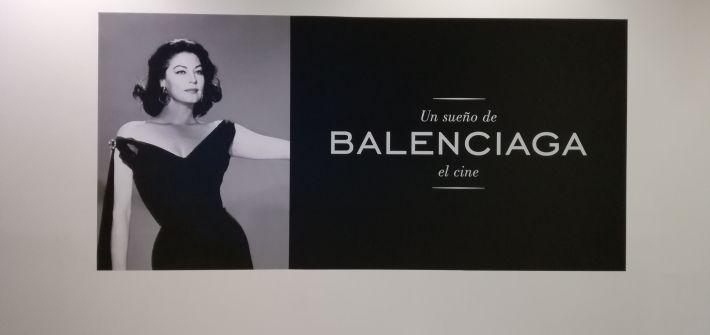 Baleneciaga. Presentación de la exposición donde aparece Ava Gardner luciendo un vestido de Cristóbal Balenciaga]