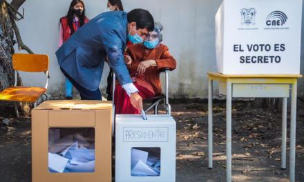 #EcuadorDecide 2021: Andrés Arauz, quien lidera todas las encuestas, acompañó a su abuela de 106 años a votar