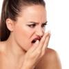 Por que acordamos com mau hálito?