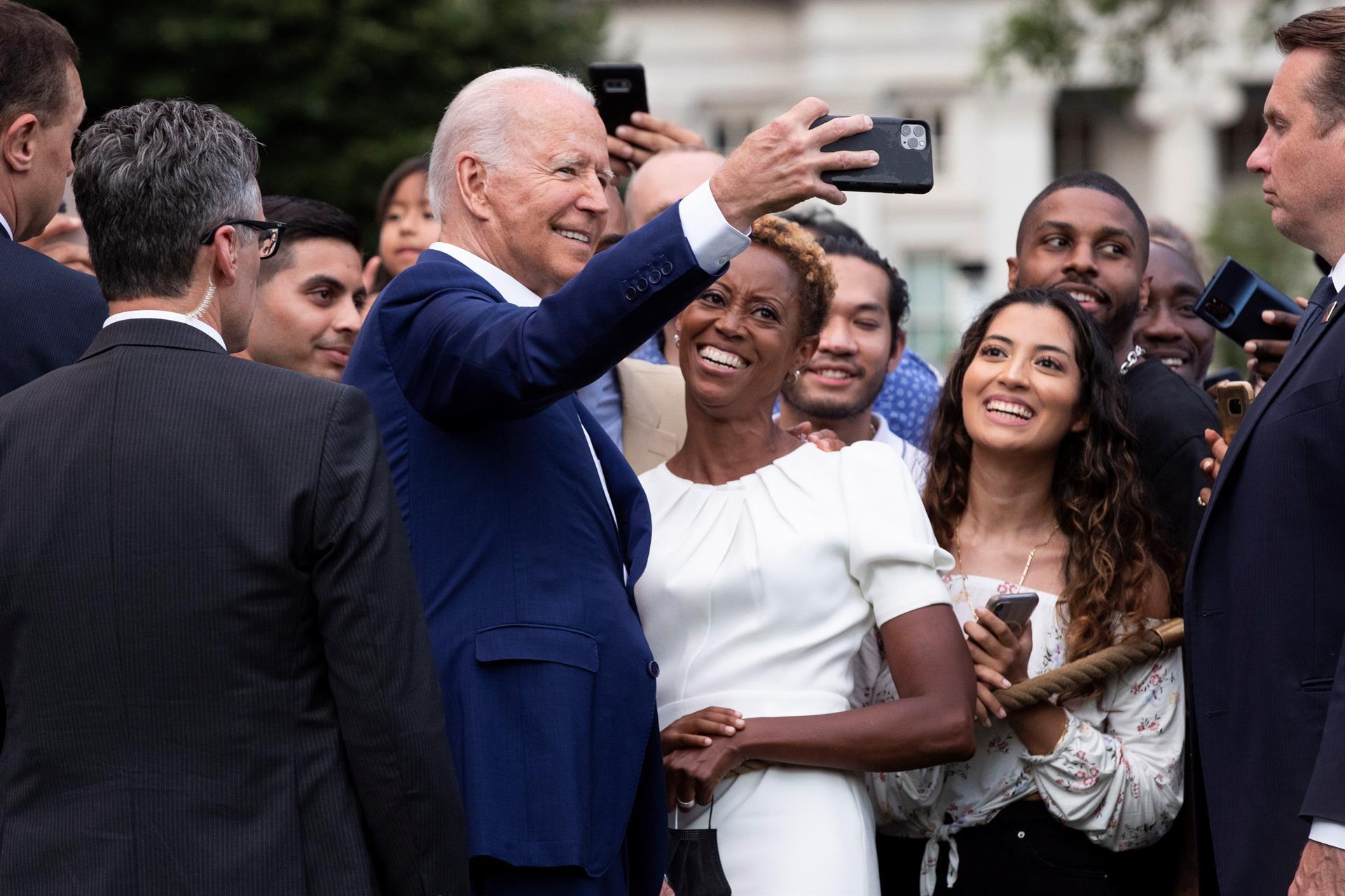El presidente Joe Biden se toma una foto junto a un grupo de personas tras el evento el La Casa Blanca.