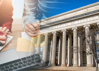 Universidades, mejores universidades, estudiar en el exterior, edificio histórico, jóvenes estudiando y tomando apuntes en computador y libreta.