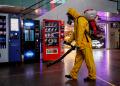 Desinfectando área pública en Moscú