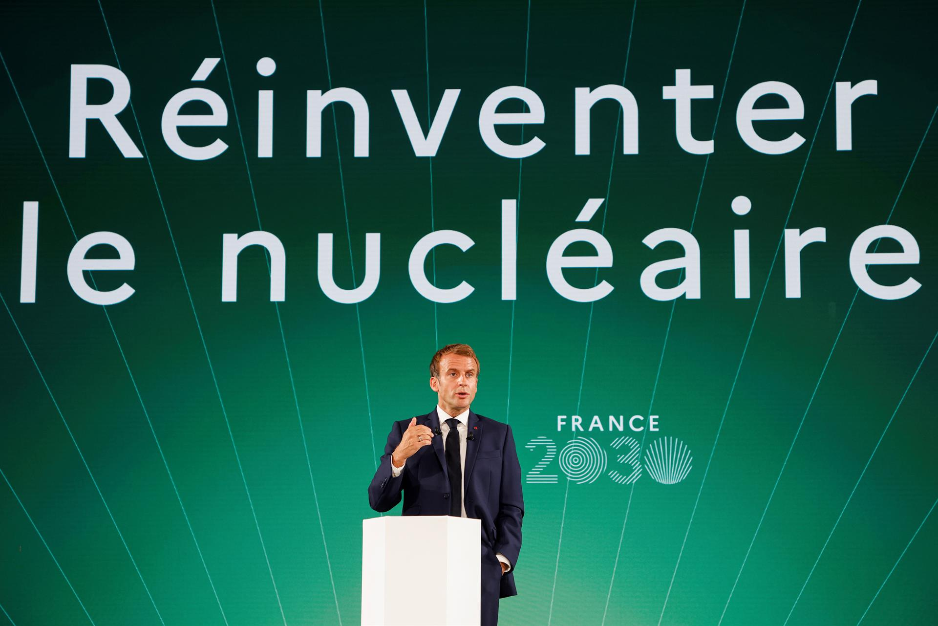 Macron frente al podio durante exposición France 2030.