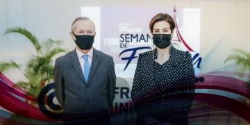Eric Fournier y Monika Infante durante foro de negocios referente a la Semana de Francia