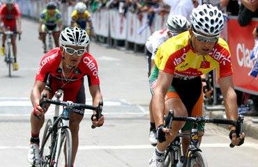 Mauricio Ardila al lado del líder Oscar Sevilla