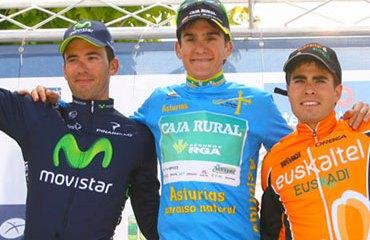 Podio de la Vuelta a Asturias con Txurruka, Landa y Moreno