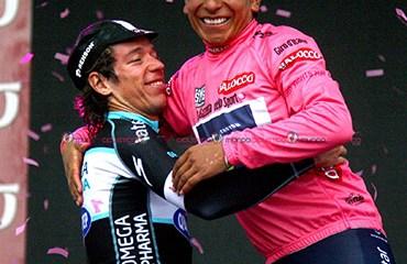 Una imagen histórica para Colombia. Nairo y Rigo en el podio final del Giro
