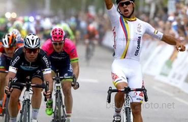 Gaviria consiguió un histórico triunfo al derrotar al británico Mark Cavendish en la primera jornada del Tour de San Luis (Foto Agencia Noticias San Luis)