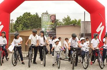 "Specialized Colombia se sumó a la obra social ""A mi Escuela en Bici"" Pedalear para Educar"