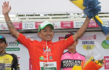 Heiner Parra en el podio tras ganar la etapa reina del Clásico RCN