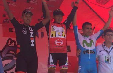 Alfredo Ajpacaja (Centro) vencedor de tercera etapa en Vuelta a Guatemala