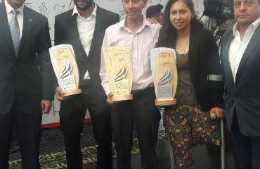 Fernando Gaviria e Iván Sosa y Carolina Munévar, entre los galardonados. Los acompañan el general Palomino y el técnico José 'Chepe' Castro
