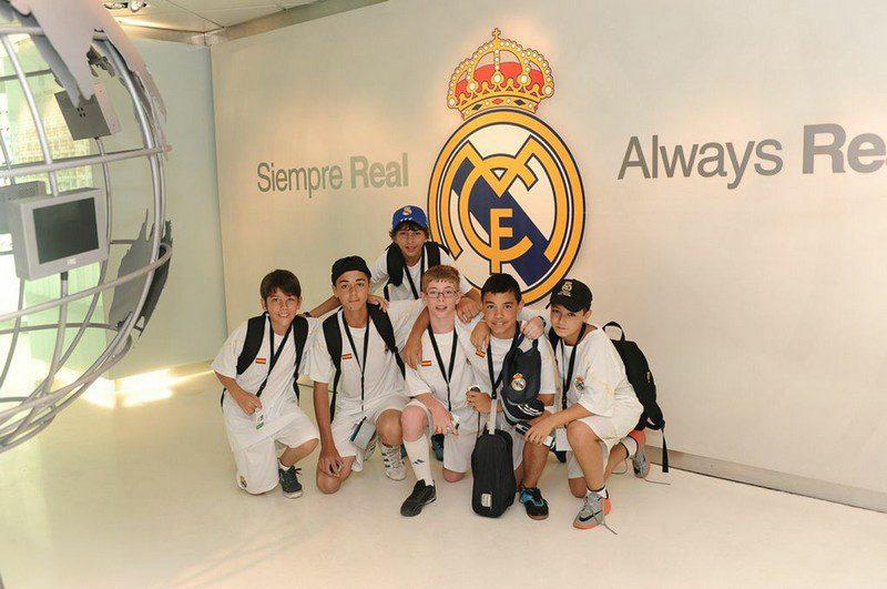 alumnos de la fundación real madrid en el trofeo  santiago bernabéu